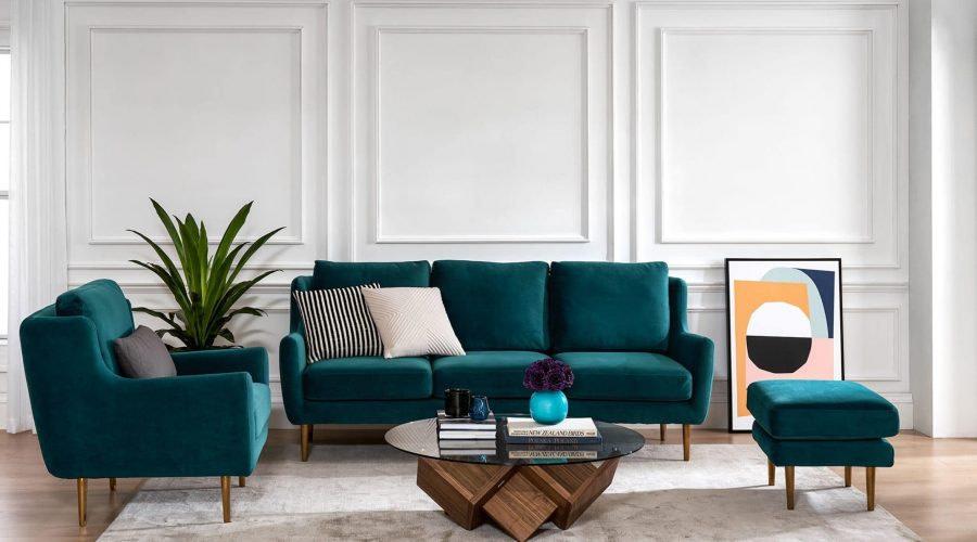 blaugrün-samt-sofa-mit-goldenen-beinen-im-wohnzimmer